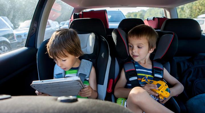 id es et astuces pour occuper les enfants en voiture. Black Bedroom Furniture Sets. Home Design Ideas