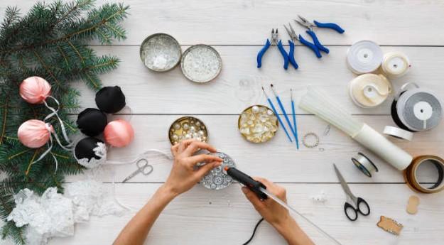 DIY : 5 façons de décorer une boule de Noël