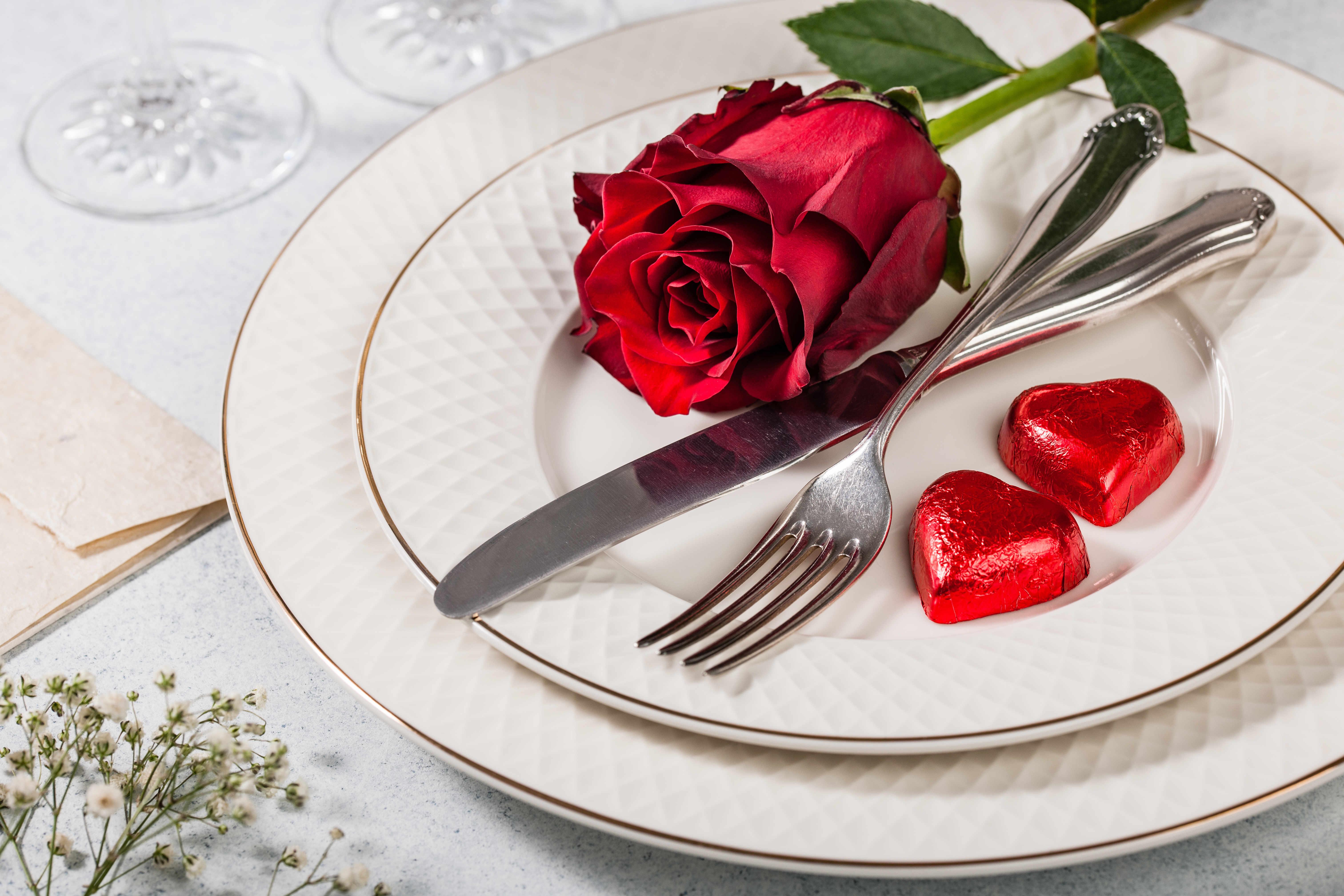 4 desserts de Saint Valentin originaux: les biscuits cœurs en sandwich Les ingrédients  Pour les biscuits  125 g de beurre doux 175 g de sucre en poudre 1 œuf 300 g de farine ½ cuillère à café de levure Du colorant alimentaire rouge Le zeste d'un citron bio Des emporte-pièces en forme de cœur Pour la garniture  100 g de beurre 200 g de sucre glace Du colorant alimentaire rouge Le jus d'1/2 citron   La recette  Pour les biscuits  Préchauffez le four à 180°C (160°C si vous avez un four à chaleur tournante). Dans un saladier, mélangez le beurre et le sucre en poudre. Ajoutez l'œuf et le zeste de citron. Incorporez la farine et la levure avec une pincée de sel, et mélangez. Séparez le mélange dans deux bols. Dans le premier bol, ajoutez du colorant rouge jusqu'à l'obtention de la couleur désirée. Dans le second bol, n'ajoutez rien! Farinez un plan de travail, et étalez chaque pâte séparément sur ½ centimètre d'épaisseur. Utilisez des emporte-pièces pour découper la pâte en forme de petits cœurs. N'hésitez pas à utiliser plusieurs tailles différentes (de préférence 5 cm et 7 cm). Placez vos biscuits sur une plaque de cuisson et laissez-les à température ambiance pendant 15 minutes. Enfournez pendant environ 7 minutes (les bords des biscuits doivent être très légèrement dorés). Pour la garniture  Dans un bol, mélangez le beurre. Ajoutez ensuite progressivement le sucre glace. Ajoutez un peu de colorant rouge, puis le zeste de citron. Placez le mélange dans une poche à douille de taille moyenne. Il ne vous reste plus qu'à garnir chaque biscuit, et à le refermer avec un autre biscuit cœur pour former de délicieux sandwichs!