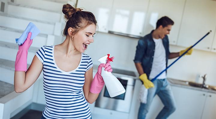 Conseils - 4 idées pour économiser l'eau et l'énergie à la maison - Couple