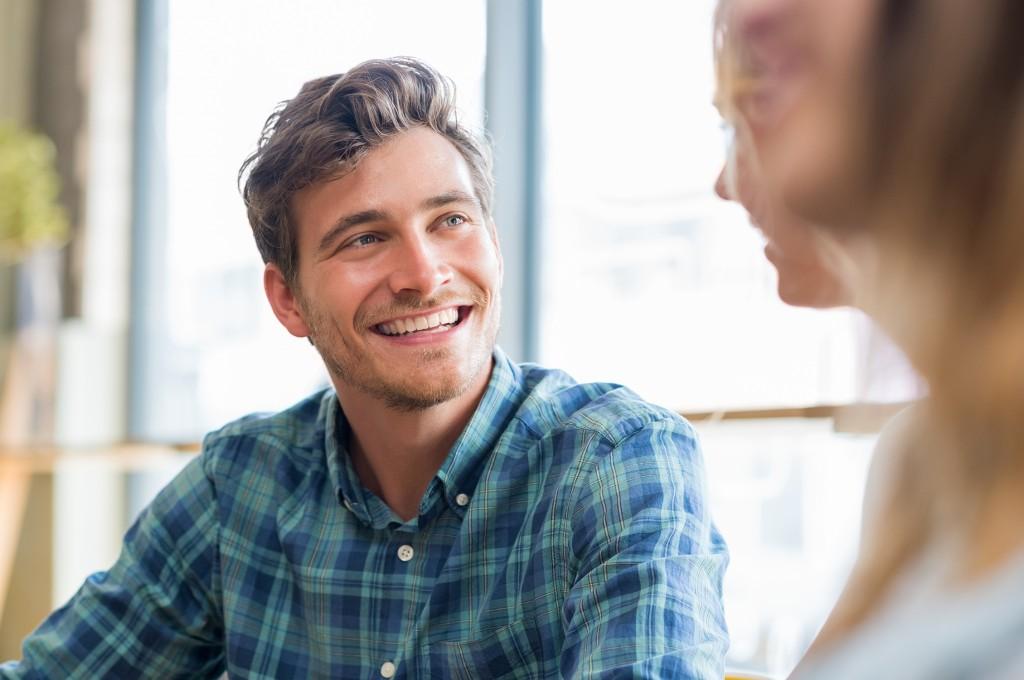 Handsome man smiling - Conseils - Nos essentiels pour un beau sourire