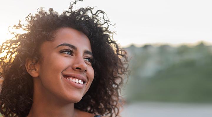 Conseils - Nos essentiels pour un beau sourire - Smiling model