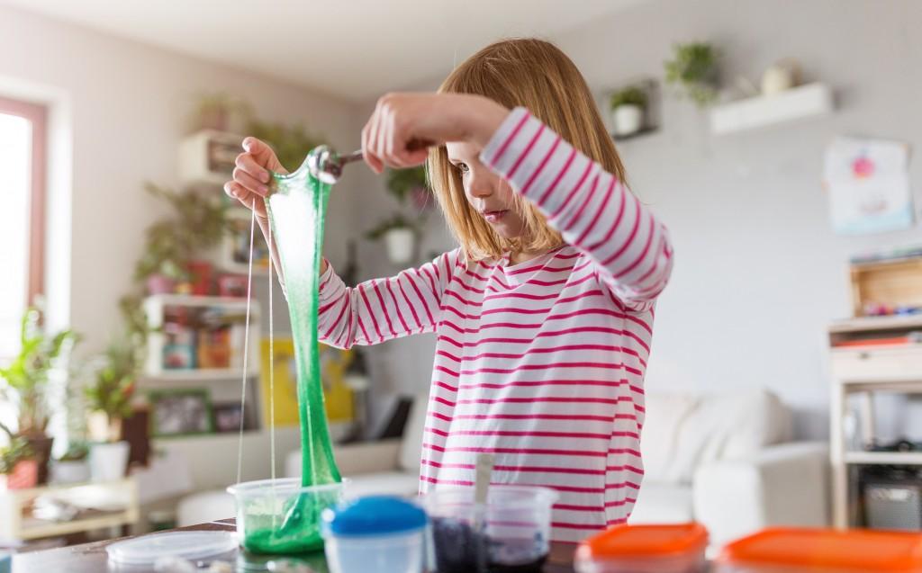 petite fille faisant du slime - DIY - Le slime maison
