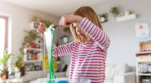 DIY - Le slime maison - petite fille faisant du slime