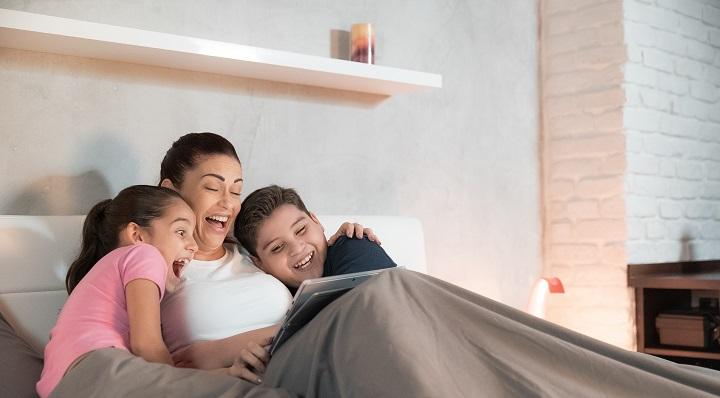 Foir'Fouille - Mother Watches Movie With Children Tablet Bed - On adore - 10 films et séries à dévorer pour voyager