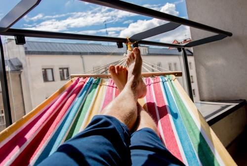 détente sur hamac - Conseils - Comment aménager un balcon - blog foir'fouille
