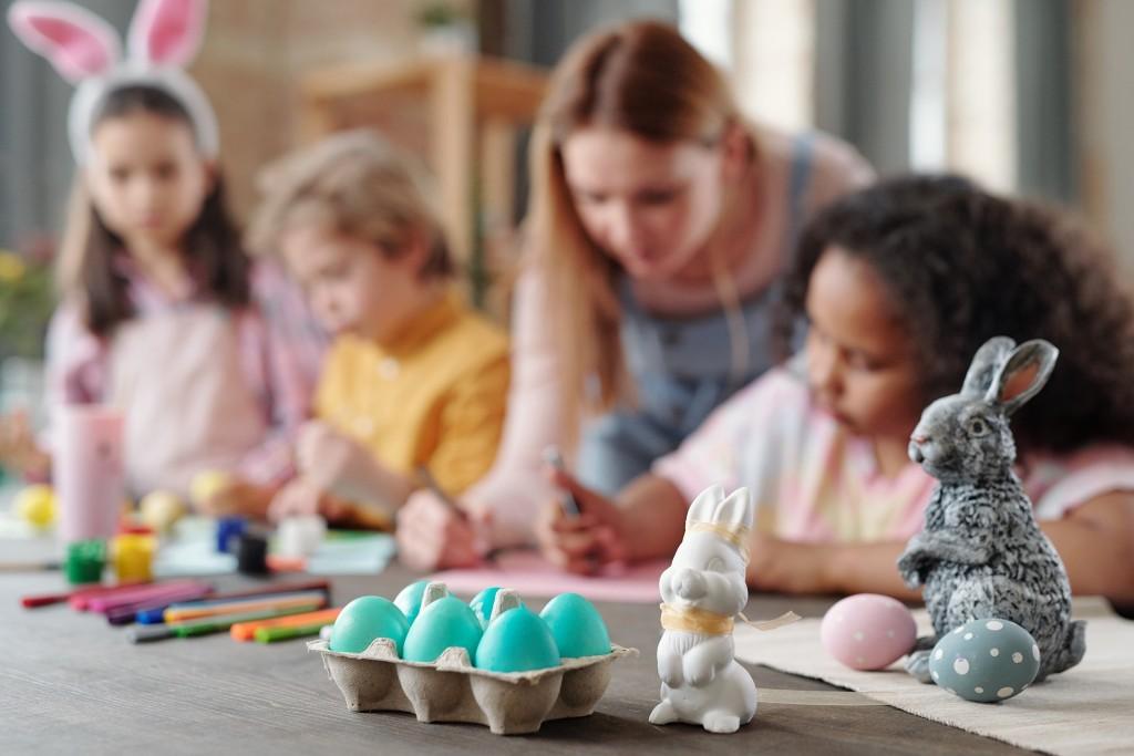 Enfants colorient des oeufs pour Pâques
