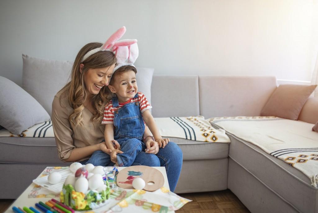 Adorables mère et enfant fêtent Pâques avec La Foir'Fouille