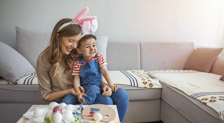 Adorables mère et enfant fêtent Pâques avec La Foir'Fouille (vignette)