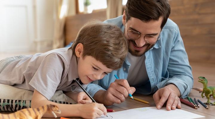 Papa et fils dessinent ensemble